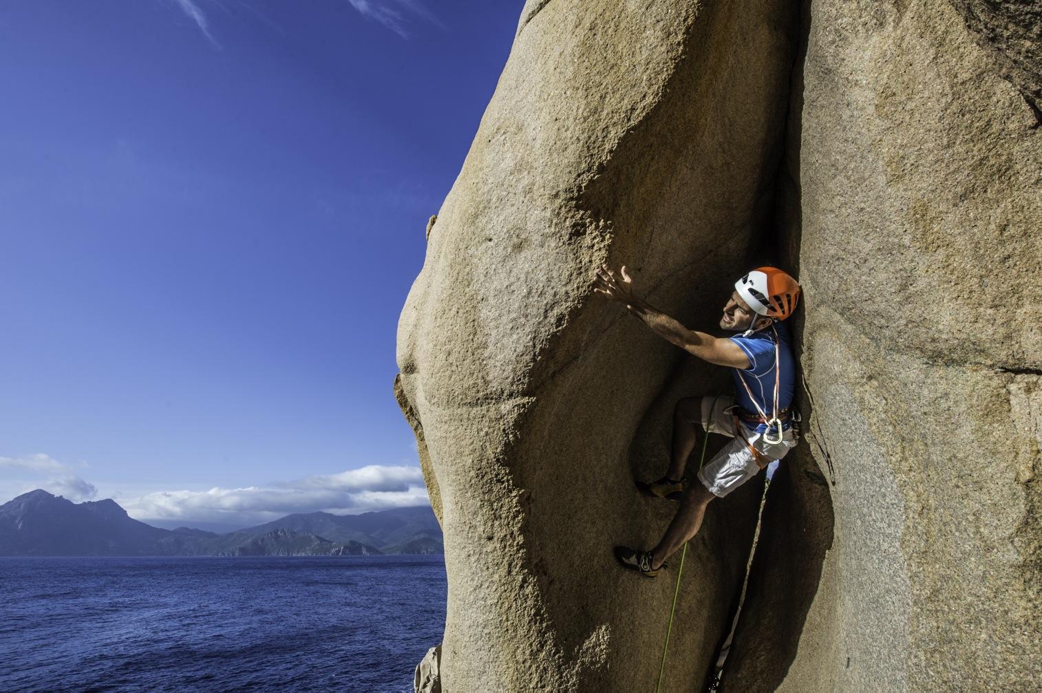 Stage d'apprentissage aux techniques d'escalade en terrain d'aventure en Corse